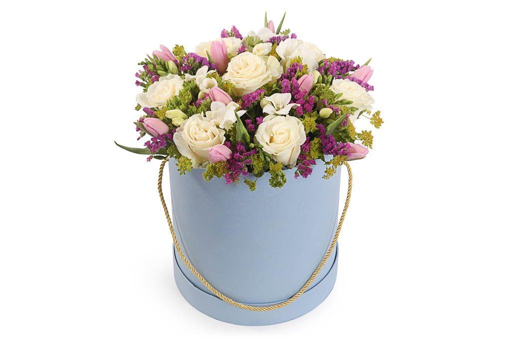 Букет в коробке Замок снов (розы, тюльпаны, фрезии) фото