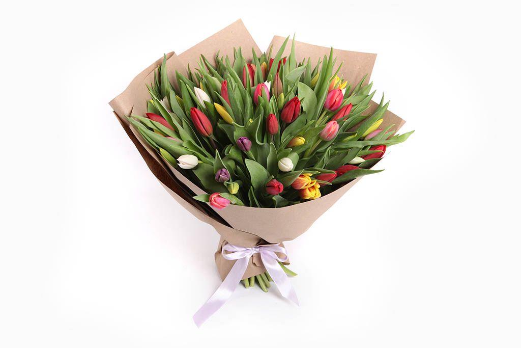Букет 75 тюльпанов в крафтовой бумаге, микс фото