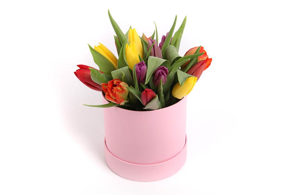 Букет 15 тюльпанов микс в розовой шляпной коробке фото