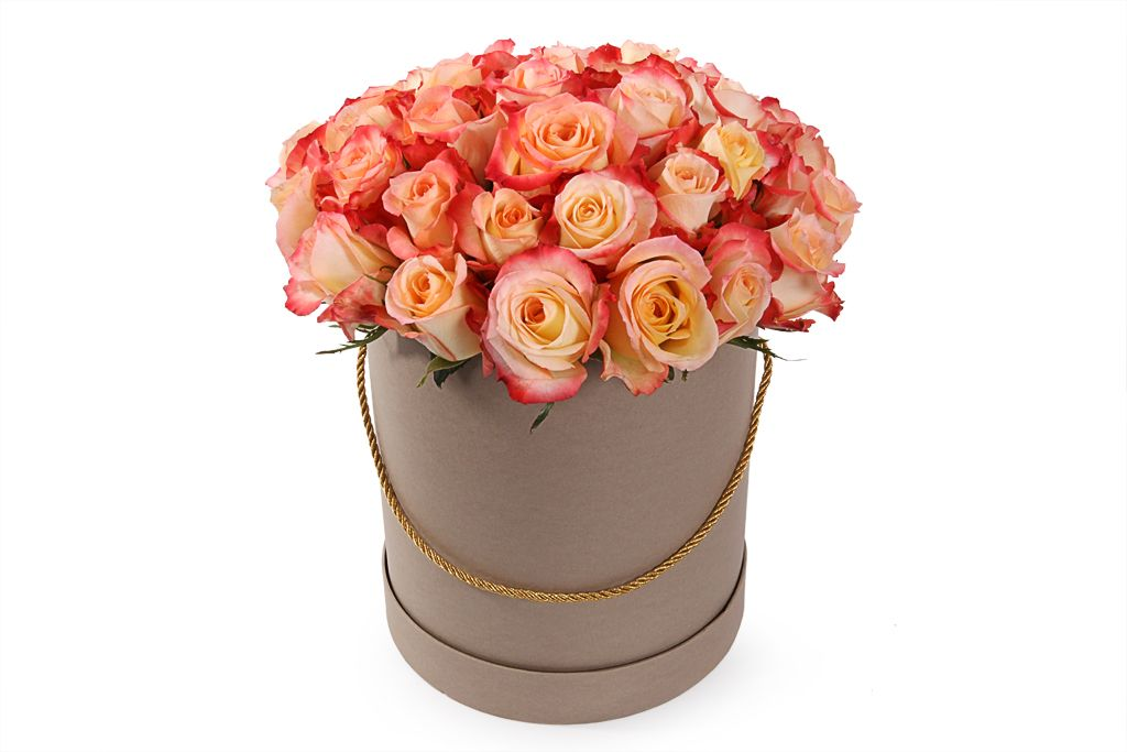 Букет 35 роз Кабаре в шляпной коробке фото