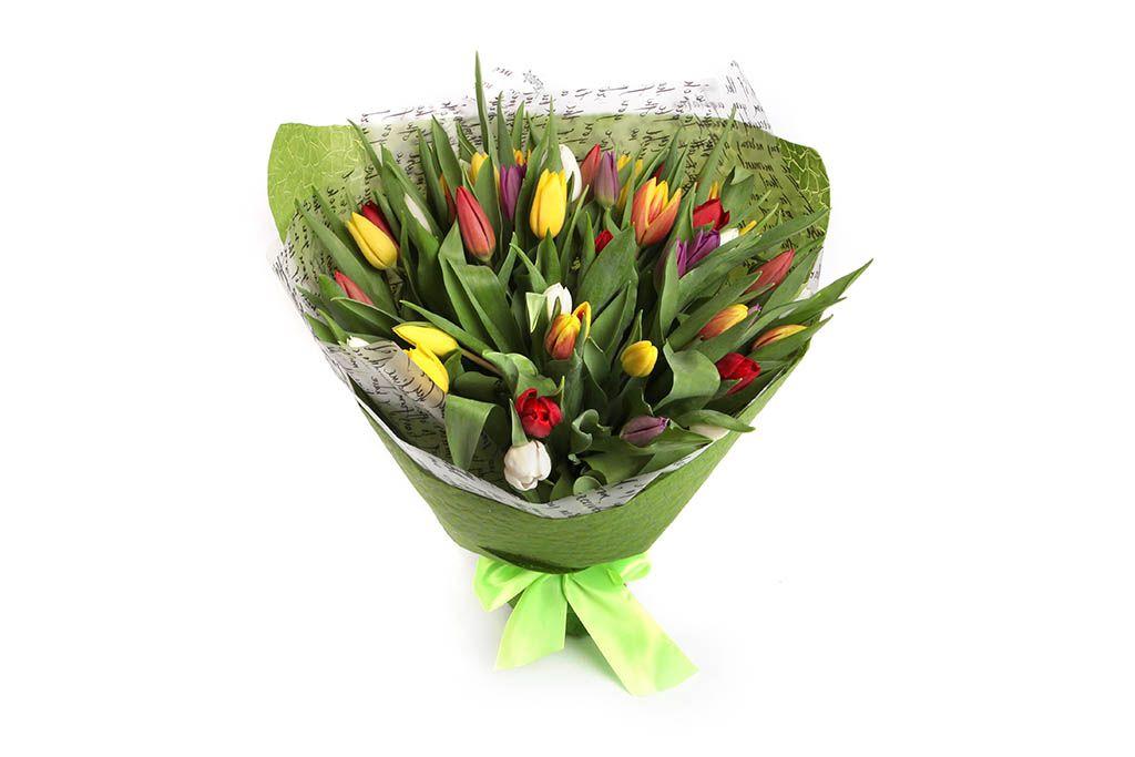 Букет 45 тюльпанов в зеленой бумаге, микс фото
