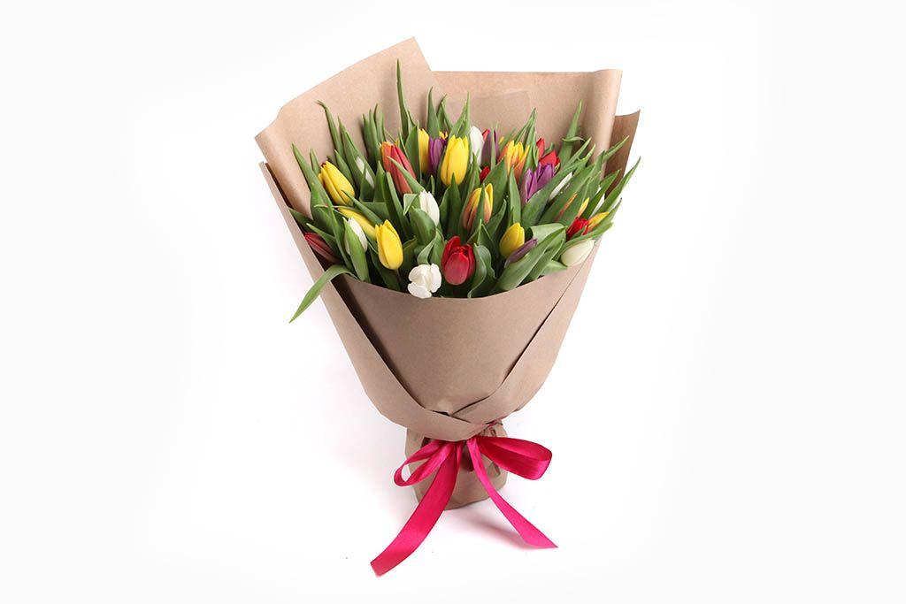 Букет 45 тюльпанов в крафтовой бумаге, микс фото