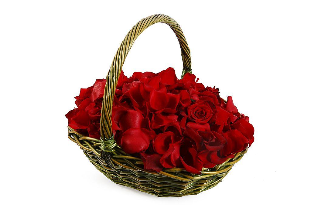 Лепестки роз в корзине фото