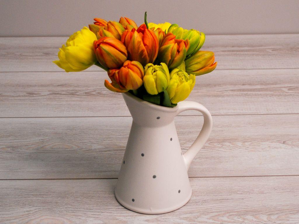 Букет из тюльпанов Солнечный микс в кашпо (белое) фото