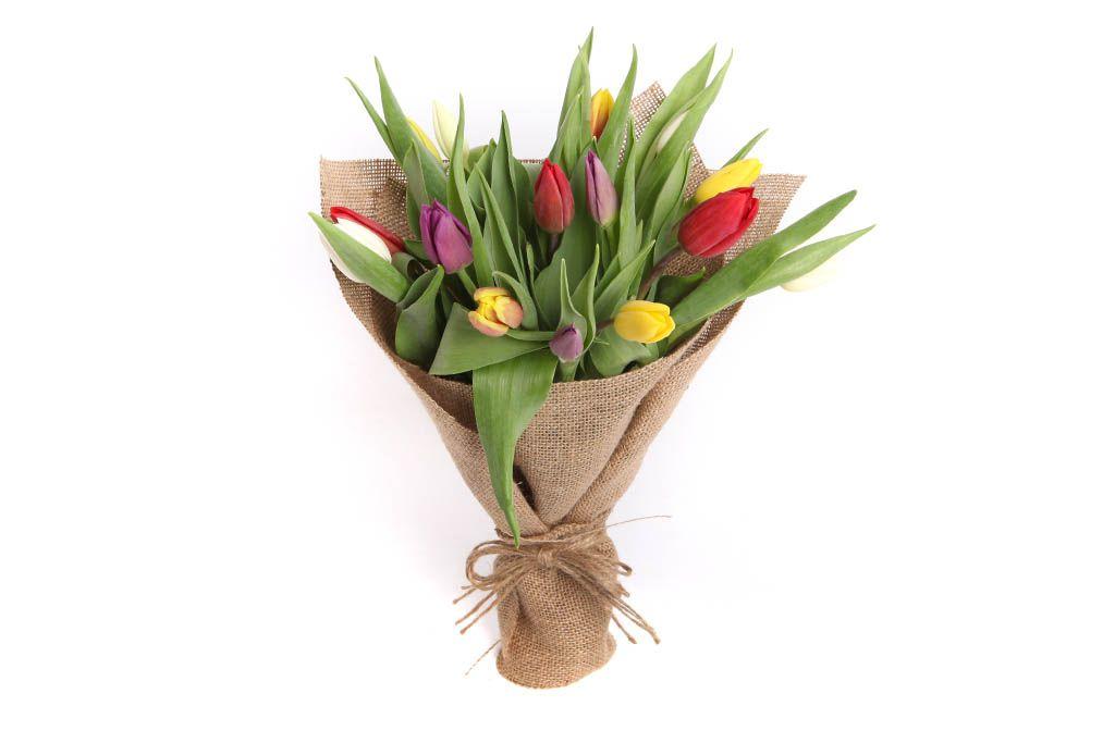 Букет 15 тюльпанов в мешковине, микс фото