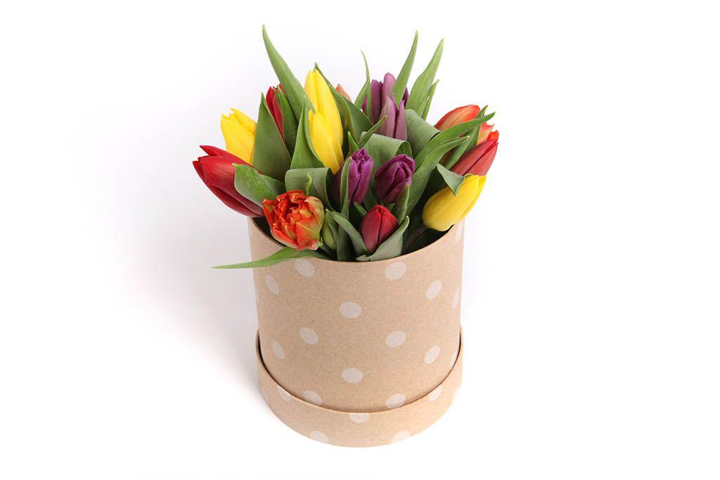 Букет 15 тюльпанов микс в шляпной коробке (крупный горох) фото
