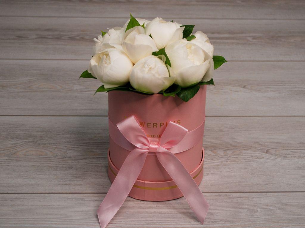 Букет 9 пионов в розовой шляпной коробке фото
