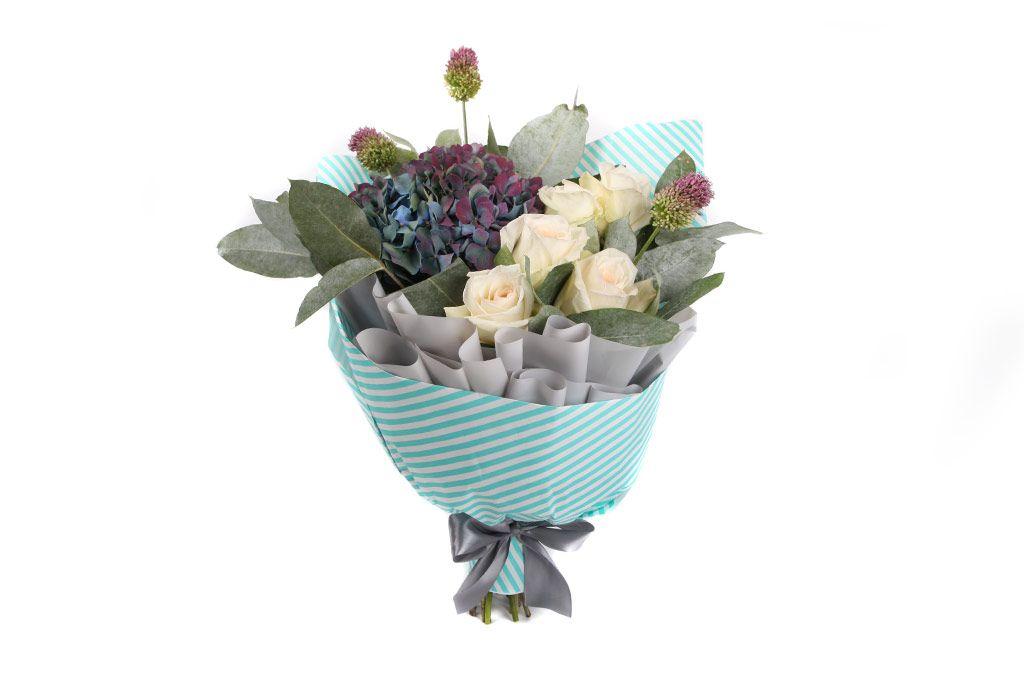 Букет из роз и гортензии Голубая даль фото